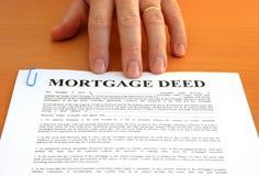 Hecho y mano de hipoteca Fotografía de archivo libre de regalías