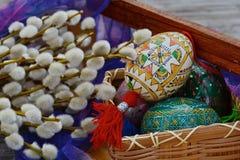 Hechos a mano, amarillos y blancos, los huevos de Pascua se cierran para arriba Foto de archivo
