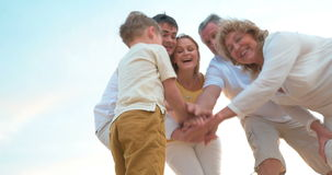 Hechte Familie die Handen samenbrengen stock video