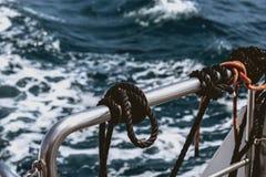 Heck eines Schiffs, der Seile und der Knoten lizenzfreie stockbilder