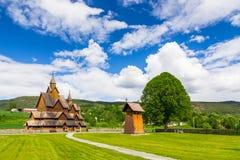 Heddal,最大的挪威梯级教会在一个晴天 库存照片