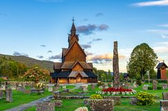 Heddal-Daubenkirche in Norwegen bei Sonnenuntergang stockbild