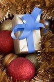 Heden en Kerstmisballen in achtergrondverticaal Royalty-vrije Stock Afbeelding