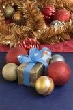 Heden en Kerstmisballen op gouden achtergrond Stock Afbeelding