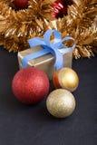 Heden en Kerstmisballen in zwarte verticaal als achtergrond Royalty-vrije Stock Afbeeldingen