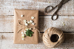 Heden in pakpapier, lilac bloem wordt op het wordt gelegd verpakt die studio royalty-vrije stock afbeeldingen