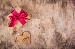 Heden voor de dag van minnaars Giftdoos en houten hart St de Dag van de valentijnskaart ` s Romantisch concept Royalty-vrije Stock Afbeelding