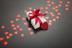 Heden voor de dag van Valentine ` s, Moeder` s dag of Huwelijk, in Witboek wordt, rode die boog en door rode harten wordt omringd Stock Foto