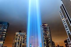 Hedersgåva 911 i ljust skina in i himlen Arkivfoton