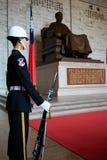 Hedersvakt med geväret och bajonetten framme av statyn på medborgareChiang Kai-shek den minnes- korridoren i Taipei Taiwan royaltyfri foto