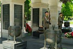 Hedersvakten rymde på gravvalvet av den okända soldaten i Warszawa, Polen Royaltyfria Bilder