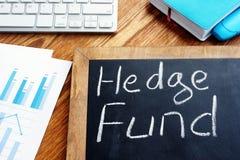 Hedge Fund som är skriftlig på en svart tavla royaltyfri fotografi