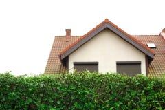 Hedgerow na casa moderna dianteira do od Foto de Stock Royalty Free