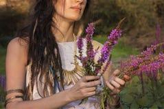 Hednisk zigensk flicka i skogen royaltyfria foton