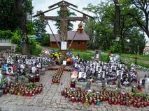 Hedra minnet av hjältarna av himla- hundratals på Maidan Nezalezhnosti i Kyiv arkivfoton