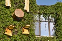 Heeft bezwaar hangend op de muur van het huis Stock Foto