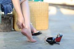 Heeft de close-up jonge vrouw die pijn in haar voet op trede voelen, enkelpijn, Gezondheid concep stock afbeelding