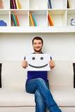 Heeft de Smiley jonge mens een goede stemming Stock Foto's