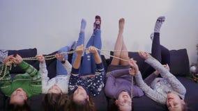 Heeft de vijf meisjes liggende bovenkant - neer op bank en pret stock video