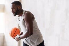 Heel Afrikaanse gebaarde sportman opleiding met basketbal royalty-vrije stock fotografie