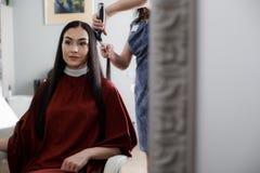 Heel die heeft de vrouw haar in salon wordt gesneden royalty-vrije stock afbeeldingen