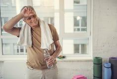 Heel gepensioneerde die omhoog na training fris worden royalty-vrije stock afbeeldingen