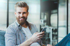 Heel glimlachende manager die telefoon houden royalty-vrije stock foto
