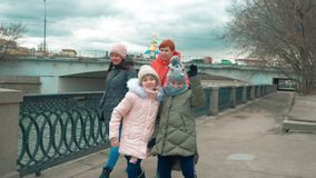 Heel lopen de tienermeisjes op waterkant in de stad met hun mamma's in de herfst stock footage