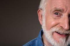 Heel mannelijke gepensioneerde die optimistisch zijn stock foto