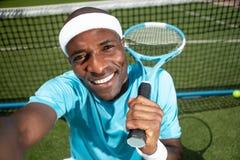 Heel rust de tennisspeler op speelplaats stock fotografie