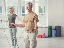 Heel sportieve gepensioneerden die gymnastiek doen stock foto