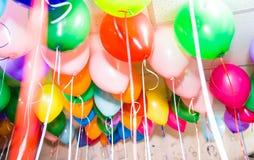 Heel wat ballons onder het plafond stock foto