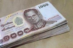Heel wat bankbiljet van 1.000 die Bahtthailand op pakpapier wordt geplaatst royalty-vrije stock foto's
