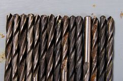 Heel wat boren op een geschilderde metaalachtergrond concept een diff stock foto