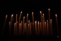 Heel wat brandende kaarsen op een donkere achtergrond Royalty-vrije Stock Fotografie