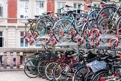 Heel wat die fietsen op een fietsenrek worden gestapeld stock afbeeldingen