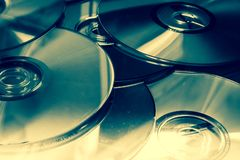 Heel wat DVDs met verschillende kleuren stock foto's