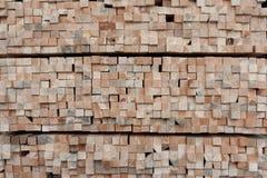 Heel wat einden van de vierkante bars van de sectie houten pijnboom royalty-vrije stock afbeeldingen