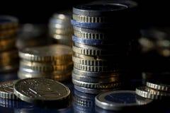 Heel wat euro muntstukken en centen op zwarte royalty-vrije stock foto