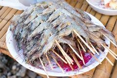 Heel wat garnaal werd gemaakt tot barbecue voor dinerpartij bij binnenplaats Stock Afbeeldingen