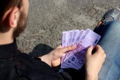 Heel wat geld in de handen stock afbeeldingen