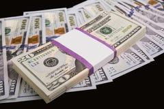 Heel wat geld op een zwarte achtergrond Royalty-vrije Stock Fotografie