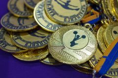Heel wat gouden medailles met gele linten op een zilveren dienblad, toekenning van kampioenen, sport ac stock foto's