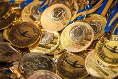Heel wat gouden medailles met gele linten op een zilveren dienblad, toekenning van kampioenen, sportverwezenlijkingen, eerste pla Royalty-vrije Stock Afbeelding