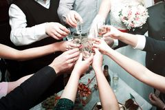 Heel wat handen houden glazen in het centrum Royalty-vrije Stock Foto's