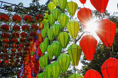 Heel wat het Chinese laterns hangen stock afbeeldingen