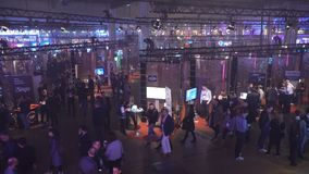 Heel wat investeerders, zakenlieden en studenten op het startforum in een reusachtige zaal stock videobeelden