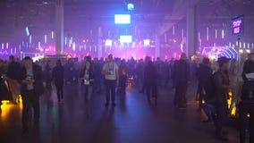 Heel wat investeerders, zakenlieden en studenten op het startforum in een reusachtige zaal stock footage