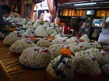 Heel wat Jasmijnslinger bloeit voor het standbeeld van spelboedha in de Tempel van Thailand Stock Afbeelding