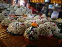 Heel wat Jasmijnslinger bloeit voor het standbeeld van spelboedha in de Tempel van Thailand Royalty-vrije Stock Afbeeldingen